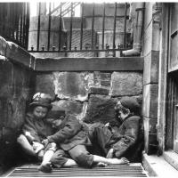 Sleeping boys in alley - Jacob Riis